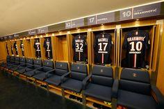 10 vestuarios increíbles de grandes equipos de fútbol | Marca Buzz Football Rooms, Football Stadiums, Soccer Locker, Softball Jerseys, Wall Of Fame, Sports Complex, Baseball Equipment, Rugby World Cup, Training Center