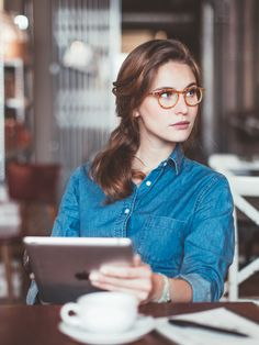 0bbe55b95f Lunettes écaille caramel pour une forme de visage ovale ou carrée.  Tortoiseshell glasses caramel for an oval or square face. #lunettes  #glasses #nerd #geek
