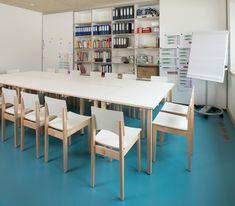 Schrijfblad, kasten, tafels en stoelen van Woodi. Door de natuurlijke en rustieke sfeer kan hier rustig overlegd worden.