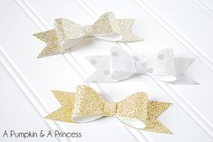 Embellish holiday gifts with glitter paper bows Christmas Bows, Christmas Gift Wrapping, Christmas Crafts, Diy Paper, Paper Bows, Paper Crafts, Gift Wraping, Gift Bows, Pretty Packaging