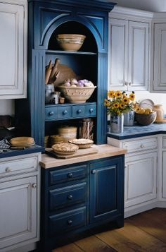 Love the color I'd love to have a little cabinet (with clear doors) in the dinning/living room, with breads and a fruit bowl and a few things like that guests and kids can help themselves to. Country Kitchen, New Kitchen, Kitchen Dining, Kitchen Decor, Kitchen Cabinets, Kitchen Ideas, Blue Cabinets, Cupboards, Home And Deco