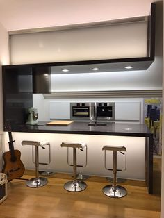 This #TopsOnTop open-plan kitchen, with a stunning and shiny Silestone Carbono countertop, has been created with a personal, modern and simple style. Aesthetics and functionality to the sound of the guitar… #interiordesign