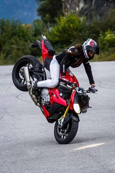 Definitely out here having the time of my life! Motorcycles are certainly not just for guys Moto Biker, Biker Love, Lady Biker, Biker Girl, S1000r Bmw, Suv Bmw, Biker Photoshoot, Bike Bmw, Stunt Bike