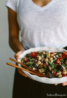 Mediterranean Chickpea, Farro, and Za'atar Salad: A delicious, meal like summer salad with healthy ingredients. #summersalads #salad #chickpea