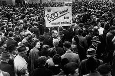 """""""Mit 800 Kalorien kann niemand arbeiten"""" war eine Losung in Hamburg am 9. Mai 1947. In vielen Städten Nachkriegsdeutschlands kam es zu Arbeitsniederlegungen und Hunderttausende gingen auf die Straße. Vielfach entlud sich die Verzweiflung in Wut auf die Besatzer. Mit Slogans wie """"Wir haben Hunger, """"Versprechungen machen uns nicht satt"""" und """"Wir fordern Brot"""" machten die Menschen ihrem Ärger Luft. Im extremen Winter waren zuvor Hunderttausende an Hunger und Kälte gestorben. Kalter Winter, 9 Mai, Germany, Cops, Past, Death, Hamburg, Nostalgia, People"""