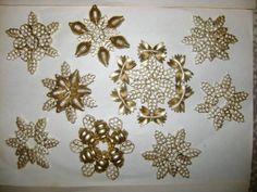 diy ornements noel, flocons de neige avec des pâtes peintes en or