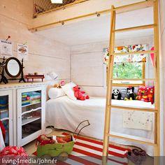 Um ein kleines Kinderzimmer optimal zu nutzen, kann ein Hochbett die perfekte Lösung darstellen. Sicher mit einem Fangnetz abgetrennt, entsteht so eine große  …