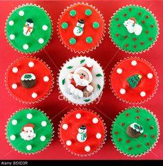 CHRISTMAS CUPCAKES OVERHEAD © foodfolio / Alamy
