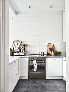 Let's get inspired by this amazing Scandinavian kitchen decor | www.delightfull.eu/blog #scandinaviandesign #uniquedesign #scandinaviankitchendecor #homeinteriordesigntrends