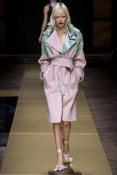 Versace arrasa en París   Donatella, directora creativa de la firma , no ha dudado en recuperar la esencia de Gianni Versace en su último desfile