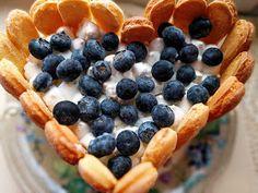 Torst serce - bezy, borówki, krem czekoladowy i waniliowy ♥ cudo! http://korniszonki.blogspot.com/2017/06/tort-waniliowo-czekoladowy-z-beza-i.html