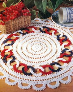 The crochet Sousplat is a piece that serves to complement the decoration of the dining table with sophistication, beauty and elegance. Crochet Home Decor, Crochet Crafts, Yarn Crafts, Crochet Projects, Diy And Crafts, Crochet Diagram, Crochet Motif, Crochet Doilies, Crochet Lace