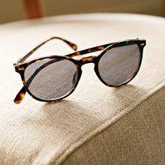 Ochelari de soare din plastic.Se asorteaza stilului cotidian urban. Cu rame negre sau maro. Conform normelor CE. Protectie 2.  89.99 LEI -10% 80.99 LEI