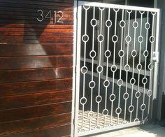 mid century gate with wood fence Tor Design, Gate Design, Railing Design, Metal Gates, Iron Gates, Modern Landscape Design, Modern Landscaping, Yard Landscaping, Modern Design