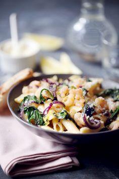 Cette recette de pâtes aux crevettes, parmesan et oignon donne un petit goût de soleil, surtout avec le jus de citron et son zeste ajoutés en fin de cuisso