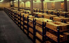 Bank of England's glittering stash of in gold bars stored in former canteen under London – Bankgeschäfte Gold Bullion Bars, Gold Reserve, Bank Of England, London England, Fort Knox, 3d Modelle, Money Stacks, Gold Money, Vaulting