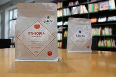 ETHIOPIA - HUNDA OLI (farma) Pôvod kávy z africkej oblasti Forest of Agaro, Oromia. Svieža, marhuľa, broskyňa, med. Zber 2014. Odroda Ethiopian Heirloom (dedičstvo). Spracovanie premýté a sušená na slnečných ľúčoch. Nadmorská výška 2000 m. Producent kávy je 128 malých mikro-farmárov v danej oblasti. Certifikát Technoserve.