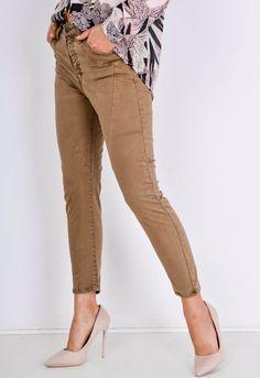 Dámske 7/8 hnedé nohavice s vysokým pásom a zapínaním na gombíky. Khaki Pants, Capri Pants, Street Style, Boutique, Outfit, Shopping, Fashion, Outfits, Moda
