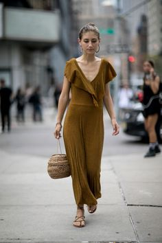 The Best Street-Style Moments from the Spring 2017 Shows New York Fashion Week Street Style Spring The Best Moments from NYFW…OnStyle OnStyle (Korean: 온 스타일; RR: On Seutail) is a South Korean cable and satellite television channel owned by CJ E&M. New York Fashion Week Street Style, Street Style Trends, Spring Street Style, Cool Street Fashion, Street Style Looks, Street Chic, Khadra, Straight Cut Jeans, Look Chic