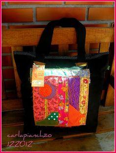b6306cb1a Bolsa de lona lavada, com trabalho de patchwork na frente da bolsa, em  tecidos