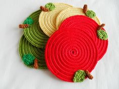 Prendas de Natal até 10€ (Sugestões Maparim) | Maparim Crochet Earrings, Vintage, Christmas Ornaments, Holiday Decor, Home Decor, Apple Template, Red Earrings, Rose Earrings, Holiday Gifts