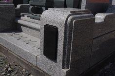 和型の石塔と外柵のCセット。階段に花びらの浮き彫り加工を。親柱の黒石の部分に名字を入れることが出来ます。