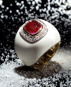 Christmas gift . Ivory ring with a natural pink sapphire of 3.67 ct, from Burma. No indication of heating. Gubelin certificated. @scavia_official. #sapphire #pinksapphire #ivory #diamonds