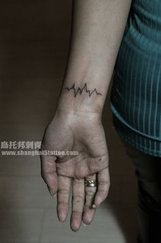 EKG tattoo I actually like this idea alot! Maybe my parents? Name Tattoos, Wrist Tattoos, Body Art Tattoos, Cool Tattoos, Tatoos, Pulse Tattoo, Ekg Tattoo, Tattoo Quotes, Tattoos