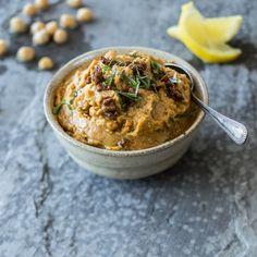 Die getrockneten Tomaten bringen eine Portion Würze an das nussige Mus, was noch mit spritzigem Zitronensaft und frischem Basilikum verfeinert wird.