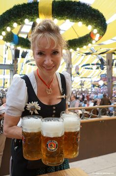 Ultimate Oktoberfest survival guide A waitress at paulaner zelt carrying full beer mugs Munich Oktoberfest, Oktoberfest Party, All Beer, Best Beer, Beer 101, Cerveza Paulaner, October Festival, Beer Maid, Tart