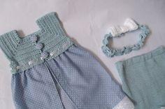 Vestido fresquinho e divertido para a sua princesinha.    Uma combinação das cores azul e branco a estampa de pequenas bolinhas faz bonito na saia do vestido.  Ele tem a sua pala em crochê (fio 100% algodão) e fechamento nas costas por 3 botões forrados com o mesmo tecido da saia.  O acabamento ficou por conta da fita para o ajuste e do bordado na barra.  Completam o conjunto um short e uma tiara.    VESTIDO:  Pala em crochê fio 100% algodão e saia em tecido estampado 100% algodão.  ...
