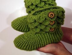 Crocodile Stitch Boots Adult Sizes-wouldn't mind a brown pair for winterABOUT THIS PATTERN: After the great response I had with my Crocodile Stitch Baby Booties, there were many requests for a super-sized version of the boots. Crochet Classes, Crochet Videos, Learn To Crochet, Basic Crochet Stitches, Tunisian Crochet, Double Crochet, Single Crochet, Stitch Patterns, Crochet Patterns