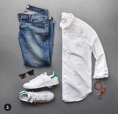 Camisa blanca y Adidas Stan Smith