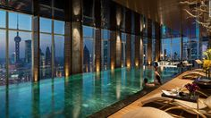 Las Piscinas Infinitas no solo se limitan al exterior.  La piscina UBICADA EN EL piso 41 del Four Seasons Tiene vista al Iconico horizonte de Shanghái.