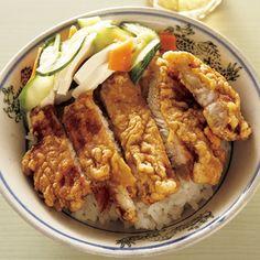 台湾のカツ丼的存在の『排骨飯(パイクゥファン)』。 小麦粉と卵の衣をつけ、カリッと揚げた豚肉に、醤油味のタレをとろ~り掛けていただきます。野菜は、ドサッと青梗菜でも合いますね♪  駅弁にもなっているほどの人気料理です!