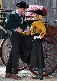 """""""Doce #cascabeles lleva mi #caballo por la carretera, y un par de #claveles al pelo prendío lleva mi #Romera"""". #ChaquetasdePaseo en #terciopelo #LuisCandelas. #CarruajeCharret preparado para tu finde. #Amazonas y #Jinetes #flamencos vestidos con #Filigrana al ritmo de #castañuelas en castanuelas.com #Pasión de #Palillos al #galope!  https://www.castanuelas.net/es/flamenco-profesional/3411-chaqueta-paseo-luis-candelas.html"""