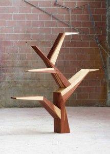 Libreria Lignum, originalissima con la sua forma ad albero e realizzata in massello di sequoia