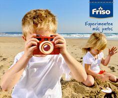 El juego en la playa es diversión segura, pero no hay nada más valioso que la sonrisa de mamá, ¡capturada para siempre por las manos de su pequeño artista! Entonces ¡sonrían para la foto, mamás! e ¡iluminen sus recuerdos!