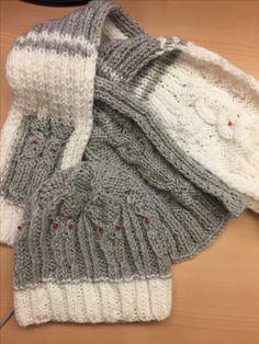 Kindermütze und Schal mit Eulenmotiven und Perlen