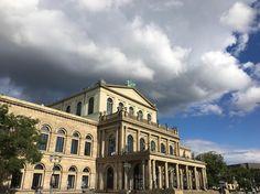 ....auch im gemischten Wetter sieht sie gut aus unsere Oper... #opernhaus #staatsoperhannover #operahannover #joergmannes