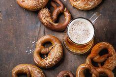 In New York eten ze ze op straat, uit de hand. In Duitsland bij een dikke pul bier. Pretzels zijn daar een hele gewone snack. Maar waar komen ze vandaan?