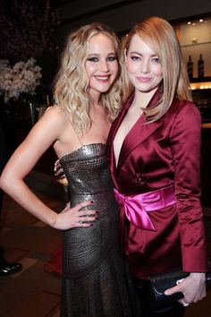 Jennifer lawrence poses with emma stone at the oscars