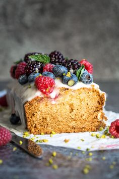 Well hello there vegan lemon raspberry loaf cake. This cake is deliciously moist and crumbly and full of beautiful citrus flavour! Totally vegan and totally delicious! Vegan Dessert Recipes, Baking Recipes, Delicious Desserts, Cake Recipes, Yummy Food, Dessert Healthy, Healthy Food, Healthy Recipes, Patisserie Vegan