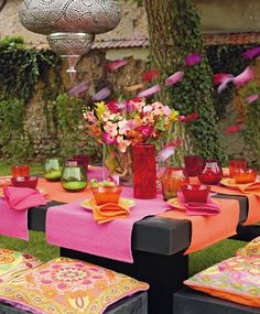 Pink-orange jugalbandi in an outdoor dining setting. Color Trend Alert: Hot Pink and Orange House Party Decorations, Decoration Table, Flower Party Themes, Entertainment Table, Beautiful Table Settings, Festa Party, Outdoor Parties, Backyard Parties, Colorful Garden