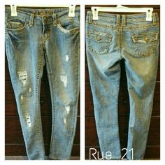 Juniors distressed skinny jeans Light wash / Rue 21 brand / Size 0/1 / Waist: 28-1/2 / Hips: 32-1/2 Rue 21 Jeans Skinny