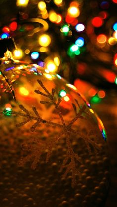 Collection of beautiful Christmas lights wallpapers. Let your favorite desktop get lighted up with beautiful wallpapers of Christmas lights. Wallpaper Natal, Xmas Wallpaper, New Year Wallpaper, Laptop Wallpaper, Mobile Wallpaper, Wallpaper Awesome, Laptop Backgrounds, Unique Wallpaper, Wallpaper Ideas