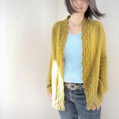 """Ce patron vous propose de tricoter un superbe gilet raglan long sans couture tricoté """"top down"""",avec un très jolie bordure sur l'encolure."""