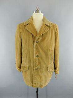 Great vintage 1970s men's fall coat. Light tan corduroy with faux fur and wool lining. Button front and flap pockets. In very good condition with just a small old mend on the shoulder, see last photo.