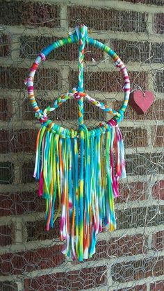 Summer Escape - LOVE the idea of a peace sign dreamcatcher made from woven tree branches, can use marking tape to colour wrap. Note - this project is NOT a priority but can be done in downtime. Dream Catcher Craft, Dream Catcher Boho, Yarn Crafts, Diy And Crafts, Arts And Crafts, Peace Sign Art, Peace Signs, Diy Dream Catcher Tutorial, Hippie Crafts