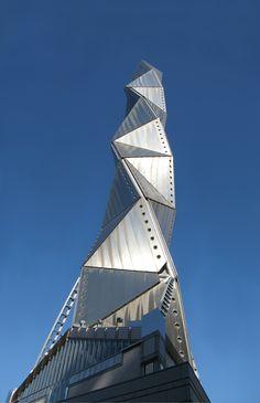 Conheça a Art Tower, uma torre de 100 metros de altura localizada no coração de Mito, uma cidade que fica no Japão.  A estrutura compõe três salas para concertos, teatro e ainda uma galeria de arte contemporânea. Incrível o design da construção, não é? Fonte: amazingsnapz